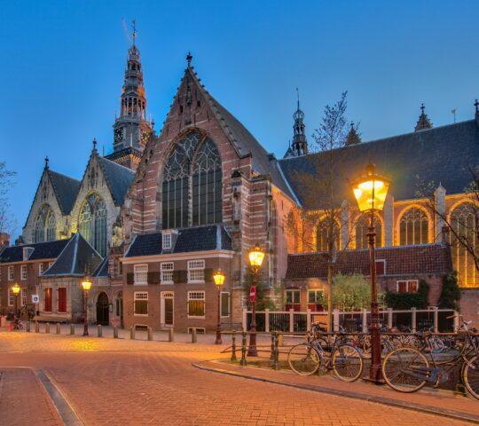 Oude Kerk (Eski Kilise)
